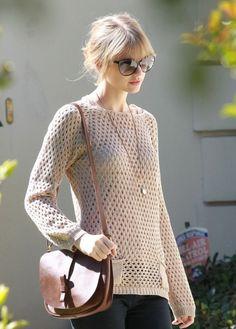 Muy chic: sweater nude, con collar dorado largo, lentes y lo acompañas con una…