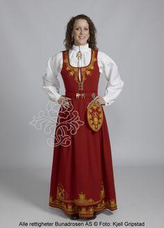 Rød Romeriksbunad L40 med håndbrodert skjorte, veske, forkle og stoffbelte