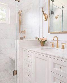 Um banheiro todo branco & maravilhoso com metais dourados passando pela sua timeline 😊❤✨ Amo muito tudo isso! Inspo: @amandaleereid