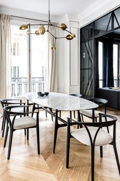 Herringbone flooring, light walls and black decor elements - this combination formed the basis of the exquisite design of this modern apartment in Paris. ✌Pufikhomes - source of home inspiration White Apartment, Parisian Apartment, Classic Interior, Black Decor, Dining Room Design, Minimalist Home, Apartment Design, Room Inspiration, Furniture Design