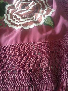 Diseños exclusivos de bordados y flecos de mantones de Manila,picos, chals, pañoletas, pañuelos de cuello... Fabricación propia y artesanal Silk Shawl, Lace Making, Crochet, Blanket, Diy, Fashion 2016, Facebook, Google, Blog