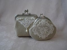 beautiful tiny frame purse with linen, lace and pearls Cute Coin Purse, Coin Bag, Fabric Purses, Fabric Bags, Sacs Tote Bags, Lace Bag, Frame Purse, Handmade Purses, Purse Patterns