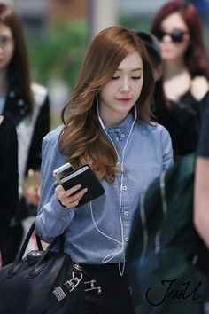 Jessica with earphones, a rare sight. Jessica & Krystal, Krystal Jung, Korean Airport Fashion, Korean Fashion, Snsd Fashion, Fashion Outfits, Girls Generation, Jessica Jung Fashion, Girls World