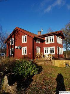 Klackenäs - Hemma hos liloanders Rött hus, vita/ljusgrå fönster, röda knutar, röda vindskivor...