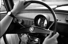 """Siegfried Wittenburg / Armaturen des Trabant 601 de Luxe: Was an diesem Fahrzeug """"de Luxe"""" sein sollte, wusste ich nicht. Die aktuelle Innovation war eine """"Momentanverbrauchsanzeige"""", bestehend aus einigen Leuchtdioden. Die Spitzengeschwindigkeit betrug bei Rückenwind etwa 115 Kilometer pro Stunde. Die Höchstgeschwindigkeit auf Autobahnen der DDR betrug 100 Kilometer pro Stunde, was auf manchen Teilstrecken waghalsig war."""
