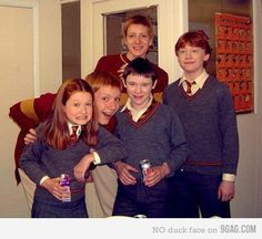 Some Weasleys and Seamus Finnigan. Rupert Grint, Bonnie Wright, James Phelps, Oliver Phelps and Devon Murray. Harry Potter Cast, Harry Potter Love, Harry Potter Fandom, Harry Potter Universal, Harry Potter Memes, Harry Potter World, James Potter, Draco, Phelps Twins