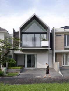 Image 2 of 79 from gallery of 'HHH' House / Simple Projects Architecture. Photograph by Mansyur Hasan Minimal House Design, Modern Small House Design, Modern Minimalist House, Exterior Gris, Design Exterior, Facade Design, Arch House, Facade House, Modern Architecture House
