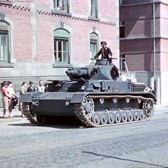 Early Pz.Kpfw. IV. Short barrel 75mm howitzer main gun. 2 piece commanders hatch. Double headlamps are turned forward and they have not blackout covers over them.