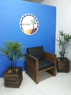 Poltronas com almofadas em courino e cachepôs com plantinhas para alegrar o ambiente