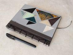 Triángulos!!! Encuadernación estilo japonés. 21 x 18 cm. 60 páginas. Re-utilización de cortes en forma triangular de distintos papeles empleados en el taller.