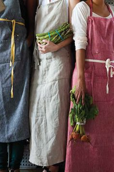 These linen aprons are available in pure linen or a herringbone linen-cotton blend, all aprons are given a soft wash for added comfort. With thoughtful details like unlacquered brass rivets and four w