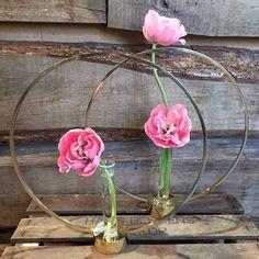 Vi använder helst Gloria från Klong som vas men den är minst lika snygg som ljusstake ❤ Ikebana, Garden Inspiration, Flower Arrangements, Bouquets, Vase, Diy Crafts, Wreaths, Interior, Instagram Posts