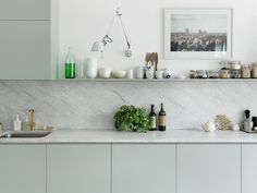 petra-bindel-kitchen-green-grey-floating-shelves-marble-gold-brass-faucet-backsplash-slab-countertops-cococozy.jpg 640×480 píxeis