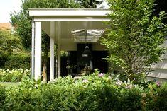 Bouwen met smaak van hout en glas Een houten veranda van Niek Roos Niek Roos BV is de specialist op het gebied van houten veranda's.