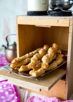 Helpot juustotikut. Tytär halusi leipoa jotain pientä suolaista ja löysi netistä juustotikkujen idean. Resepti muovautui useamman kokeilun jälkeen tällaiseksi. Salty Foods, Salty Snacks, A Food, Good Food, Food And Drink, Finnish Recipes, Bread Baking, No Bake Cake, Finger Foods