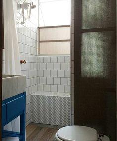 Reforma de banheiros antigos preserva estilo retrô
