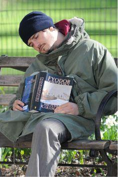 Orlando Bloom reading Dostoyevski... and dosing off :)