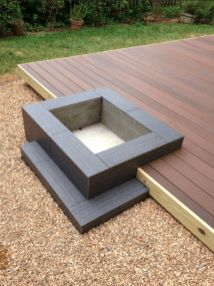 DIY fire pit designs ideas – Do you want to know how to build a DIY outdoor fire pit plans to warm your autumn and make s'mores? Find inspiring design ideas in this article. Deck Fire Pit, Fire Pit Backyard, Backyard Patio, Backyard Landscaping, Fire Pits, Backyard Ideas, Firepit Deck, Landscaping Ideas, Wood Fire Pit