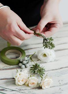 interflora-diy-floral-head-comb-step-2b Boho Wedding Hair, Wedding Hair Clips, Diy Wedding Flowers, Wedding Headband, Corsage Wedding, Wedding Ideas, Bridal Comb, Bridal Hair, Diy Garden