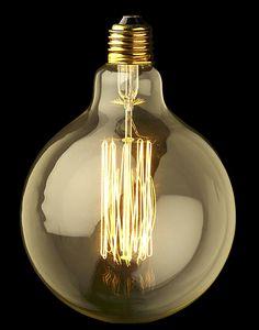 Labombillaesférica XLde Mullan Lighting es una lámpara perfecta, su forma esférica la hace perfecta para combinarla con diferentes tipos de lámparas. Es una bombilla que por sí sola es un objeto decorativo bastante importante y que puede bañar tu espacio de manera extraordinaria con una luz cálida, que te hará una atmósfera fantástica. Tiene un