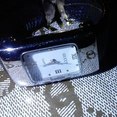 Gucci watch,sorry no tags,stickers,manuals or box,this ladies watch clips around your wrist,and it is a stainless steel back,works great,I have brand new watch batteries as well if u need one with your purchase please let me no,and i will ship with a new battery as well,not much ware and. Or tare,no cuts,burns or deep scratches in the glass,no chips or cracks in the glass, measures 7 inches around, water Resistant, Stainless steel back