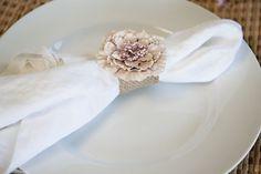 DIY flower and burlap napkin rings Burlap Projects, Burlap Crafts, Diy Rings Tutorial, Diy Girlande, Wedding Napkins, Wedding Tables, Party Wedding, Wedding Decor, Tea Party