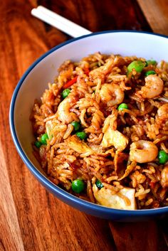 Singapore Fried Rice – a spicy fried rice dish and Chinese takeaway classic. Perfect for using up that bowl of leftover rice lurking in the fridge. Singapore Food, Prawns Fry, Spicy Prawns, Chinese Takeaway, Chinese Food, Korean Food, Prawn Fried Rice, Risotto, Gourmet