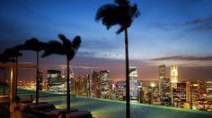 Dieser Pool ist ein einziges Superlativ: Marina Bay Sands. 146 Meter lang, auf 191 Metern Höhe gelegen, in einem 341 Meter langen Dachgarten