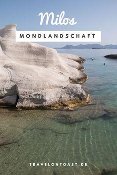 Sarakiniko Beach: Mondlandschaft auf Milos, Griechenland. Weiße Felsen, die sich vom türkisfarbenen Meer abheben. Eine bizarre Mondlandschaft mit Höhlen, Kegeln und kleinem Strand, von dem aus ihr zum Meer schwimmen könnt. Im Artikel verrate ich euch, ob sich der Besuch lohnt und zeige euch meine schönsten Fotos.