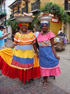 Cartagena - so colourful! How To Speak Spanish, Travel Posters, Sud America, Latin America, Costa, Harajuku, Lady, People, Aunt
