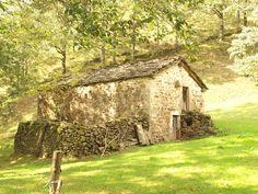 Cabaña pasiega junto al rio Pisueña