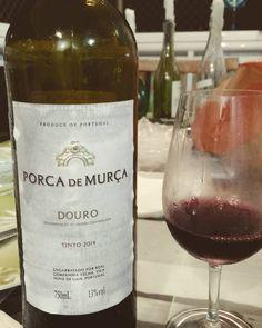 Com esse tempinho frio não resisti e fui de Porca de Murça um dos portugueses com melhor custo -benefício. Direto da Real Cia Velha em Vila Nova de Gaia. A cave é muito mais que vinho do Porto. Bom deixar descansar um pouquinho na taça para abrir os aromas. Vermelho intenso notas de frutas maduras e taninos muito presentes. Ótimo pra o dia de hoje. Desceu facinho. Boa noite a todos! #vilavinifera #vinhosemjuizo #Portugal #Douro #Boasexta #wine #winelife #winelovers #vinrouge #vinho by…