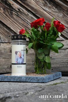 Mit dem Entzünden einer Trauerkerze zeigen wir, dass wir an einen verstorbenen Menschen denken und dass sein Lebenslicht in uns weiterleuchtet. Dafür kann man Grabkerzen mit vorgefertigten Motiven verwenden oder sich die Mühe machen und eine individuelle Gedenkkerze zu gestalten. Eine besondere Art der Trauerarbeit ist es auch, diese Kerzen nett zu dekorieren. In unserem Blog zeigen wir dir 2 Ideen, wie du eine personalisierte Trauerkerze liebevoll arrangieren kannst. Indoor Outdoor, Unique, Blog, Keepsakes, Make A Donation, Candles, People, Decorating, Blogging