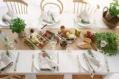 Antipasti-Platte anrichten - so einfach geht's! Unsere Anleitung wie ihr eine perfekte Antipasti Platte zubereitet. So gelingt es euch auch! Chutney, Delicious Food, Table Settings, Table Decorations, Home Decor, Cold Cuts, Artichokes, Credenzas, Decoration Home