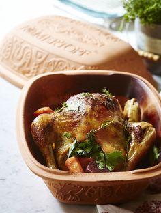 Kylling stegt i stegeso er et rigtig familiemåltid, der samler alle omkring middagsbordet. Og denne her kan du lave på bare 15 minutter - så bliver det ikke nemmere!