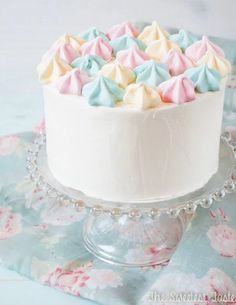 The Sweetest Taste: Lemon cake and Italian meringue buttercream (and lemon meringues). Gorgeous and so simple! Pretty Cakes, Cute Cakes, Beautiful Cakes, Amazing Cakes, Kitkat Torte, Cake Cookies, Cupcake Cakes, Pastel Cakes, Drip Cakes
