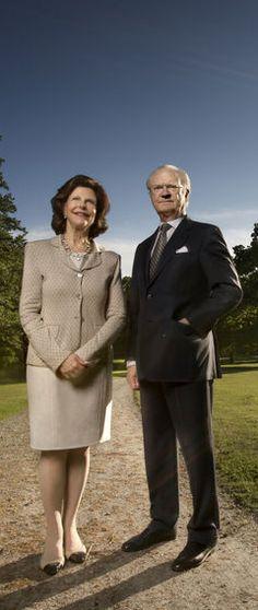 Pour leurs 40 ans de mariage, la reine Silvia et le roi Carl XVI Gustaf de Suède ont pris la pose pour un quotidien suédois dans les jardins de leur château de Drottningholm.