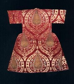 Early century kaftan worn by Sultan Ahmed I as a child. The composition consist of pine cones in the form of stylised. Textiles, Empire Ottoman, Ottoman Turks, Historical Clothing, Islamic Art, Traditional Dresses, Baroque, Vintage Fashion, Two Piece Skirt Set