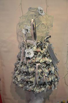 Dragées mariage : Présentation de dragées sur un buste garni avec des pochette en organdi...  http://www.drageeparadise.fr/ballotins-dragees_22_ballotin-dragee-mariage_ballotin-dragee-pochette-victoria__a320_1.html