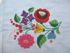 Folk Embroidery Hungarian embroidery - I've got a table cloth that my grandma made with a very similar design. Hungarian Embroidery, Folk Embroidery, Learn Embroidery, Chain Stitch Embroidery, Embroidery Stitches, Embroidery Patterns, Stitch Head, Bordado Floral, Bordados E Cia