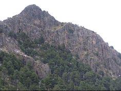 Esta inmensa roca con u cielo despejado y árboles entorno a ella es muy hermosa e interesante de admirar
