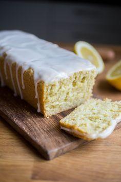 Vegansk citronkaka - Den här kakan är en veganiserad variant av den traditionella italienska citronkakan med olivolja. Olivolja kan låta som en märklig ingrediens i bakverk, men i det här receptet är det viktigt att det är just olivolja då det hör till traditionen, och ger kakan dess unika goda smak. Citronkaka med Olivolja 10 bitar…