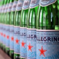 Bottles of Pellegrino- The bottles are stylish, hip, modern classics that make any room look instantly chic. Italian design at its best – simple classic style. San Pellegrino, Trattoria Italiana, Italian Themed Parties, Dinner Party Decorations, Italian Table Decorations, Italian Night, Italian Chic, Natural Mineral Water, Agua Mineral
