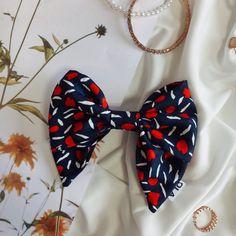 Héloise est une barrette avec un joli nœud en soie en bleu marine. Elle donne une touche romantique et chic à nos tenues : On L'Adore ! Ce nœud peut être porté sur une couette (haute ou basse), sur une tresse, un chignon... Attache avec une barrette à clip permettant une bonne accroche dans les cheveux. Elle est cousue à la main sur le nœud.Nous adaptons la positionen fonction de si vous êtes droitière ou gauchère ! Nos accessoires sont confectionnés à la main et en séries extrêmement… Position, Barrette, Clip, Bleu Marine, Scrunchies, Duvet, Bass, Top Knot, Romantic