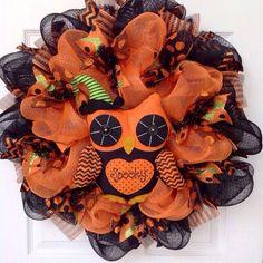 Halloween Door Wreaths, Halloween Deco Mesh, Halloween Diy, Halloween Decorations, Outdoor Decorations, Halloween House, Halloween Themes, Mesh Wreath Tutorial, Diy Wreath