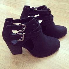 ✿ she wears high heels I wear sneakers ✿