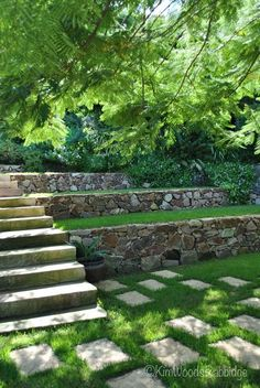 Haus und Garten von Jay und Jo Chandler an der Sunshine Coast in Queensland More from my Beautiful Garden Designs That Add Beauty To Your Outdoor + Beauty Garden Pfade und Gehwege Ideen. Terraced Landscaping, Terraced Backyard, Landscaping Retaining Walls, Landscaping Ideas, Garden Retaining Walls, Acreage Landscaping, Retaining Wall Steps, Luxury Landscaping, Country Landscaping