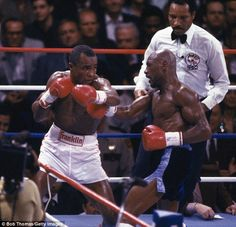 Sugar Ray Leonard in action against Marvin Hagler for the WBC World Middleweight Championship in Las Vegas April 1987 Sugar Ray Leonard won on. Mma Boxing, Boxing Workout, Marvelous Marvin Hagler, Star Trek Posters, World Boxing, Boxing History, Boxing Champions, Wbc, Sport Icon