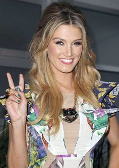 Top 17 Delta Goodrem Frisuren - Still Trends Elegant Hairstyles, Popular Hairstyles, Great Hairstyles, Hairstyles With Bangs, Long Wavy Haircuts, Sassy Haircuts, Straight Hairstyles, Medium Hair Styles, Short Hair Styles