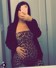 It is quite natural for a pregnant woman to be full of curiosity regarding her soon-to-be-born baby. How will the baby look? Cute Maternity Outfits, Stylish Maternity, Maternity Pictures, Maternity Fashion, Pregnancy Goals, Pregnancy Outfits, Pregnancy Photos, Pregnancy Info, Pretty Pregnant